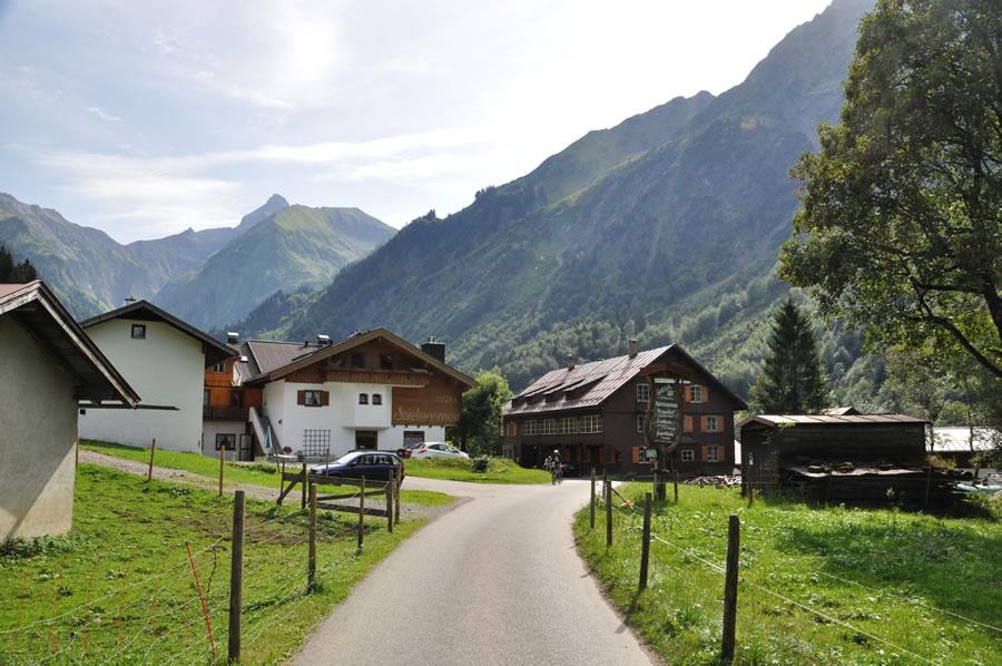Die letzten Gebäude im Tal